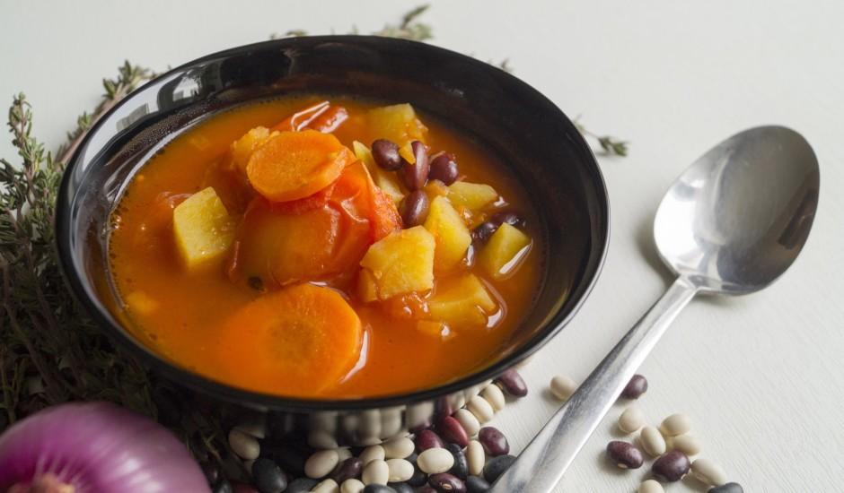 Ātrā pupiņu zupa ar tomātiem