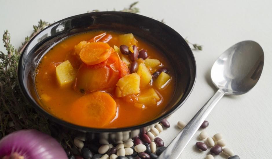 Zupai piespiež klāt ķiploka daiviņas, papildina ar sāli un p...
