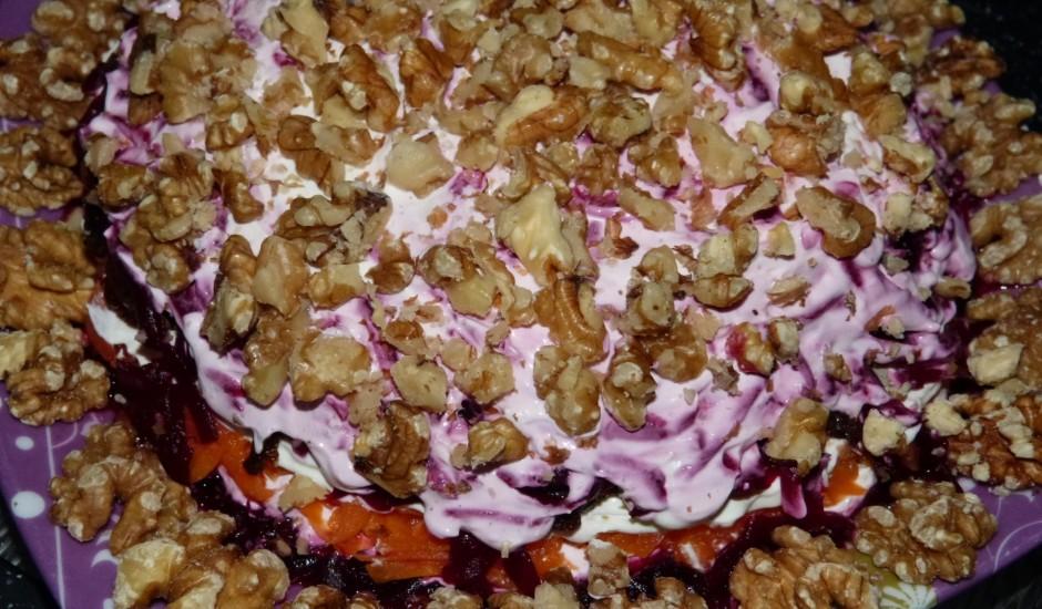 Kārtainie biešu salāti ar plūmēm un valriekstiem