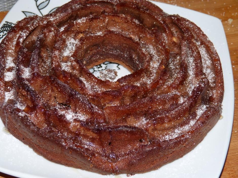 Gatavu kūku izņem no krāsns un neizņemot no veidnes, atdzesē...