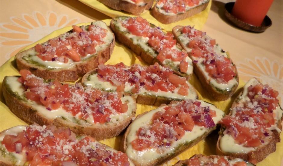Brusketas ar pesto, krēmsieru un salātiem