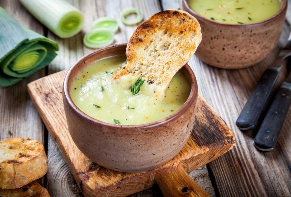 Zupu uzvāra un pievieno krējumu. Ja nepieciešams, pieliek vē...