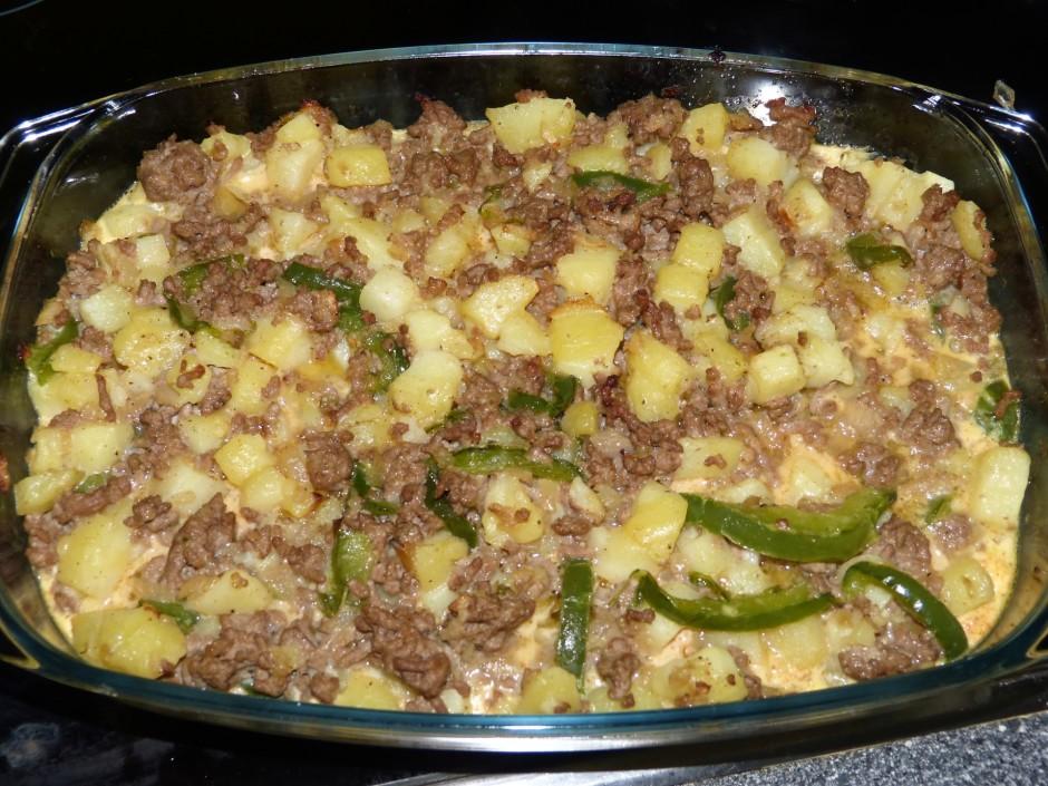 Olas sakuļ ar krējumu, piemet sāli, piparus, pārlej kartupeļ...