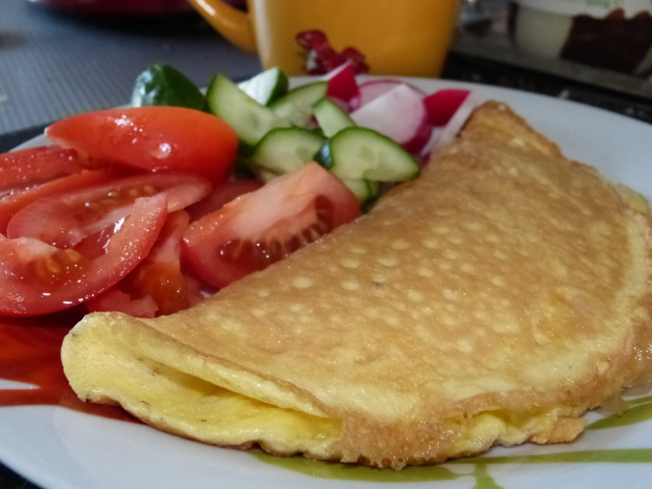 Cep no vienas puses. Kad omlete gatava, to pārloka uz pusēm...