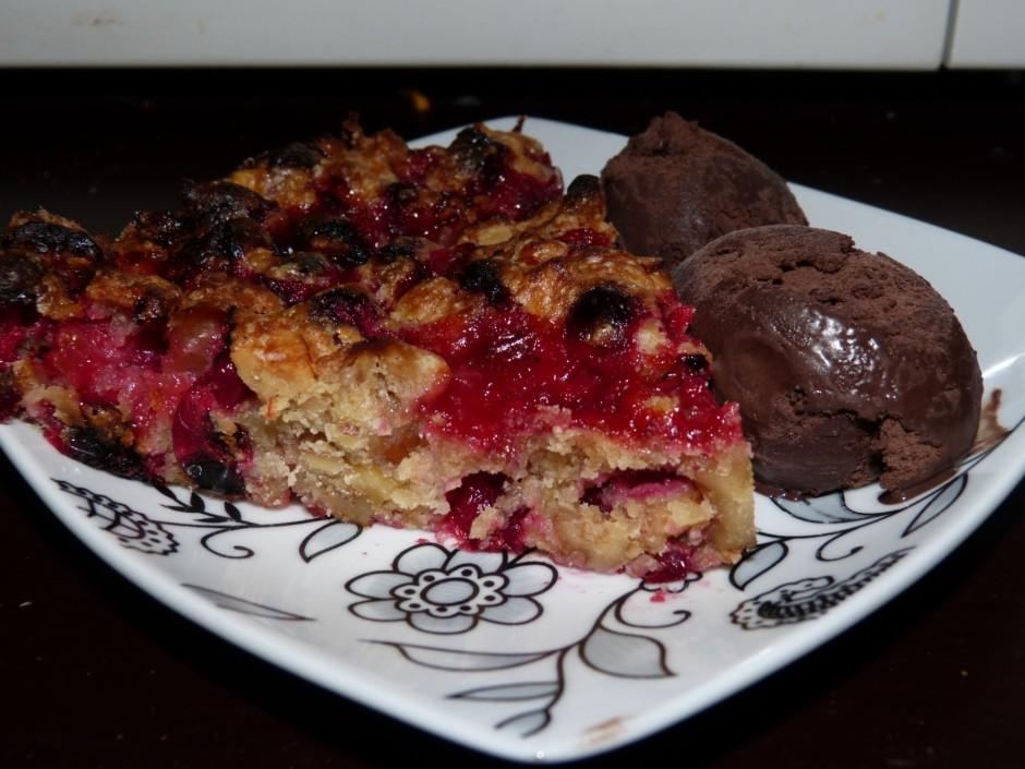 Gatavo kūku izņem no cepeškrāsns un pirms pasniegšanas pāris...