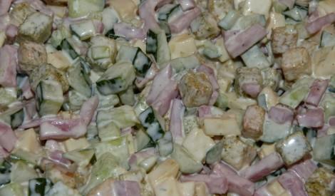 Sātīgie salāti ar ķiploku kraukšķiem
