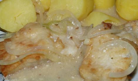 Baltā zivs sīpolu mērcē