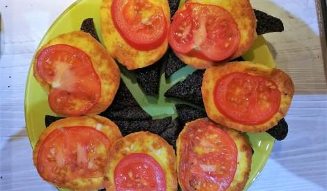 Karstmaizes ar grilsieru un tomātiem