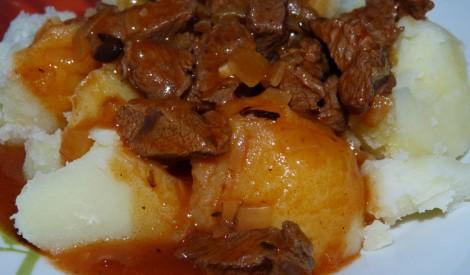 Gulašs ar liellopu gaļu