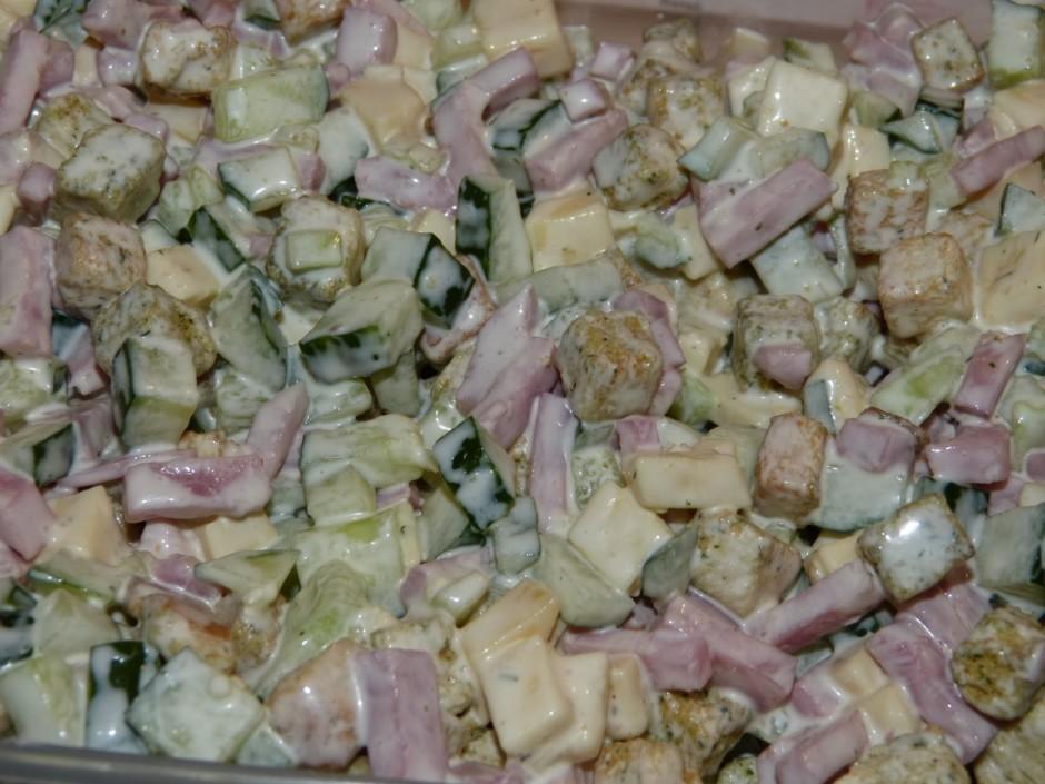 Pieliek majonēzi, sāli un caur ķilpokspiedi izspiestu ķiplok...