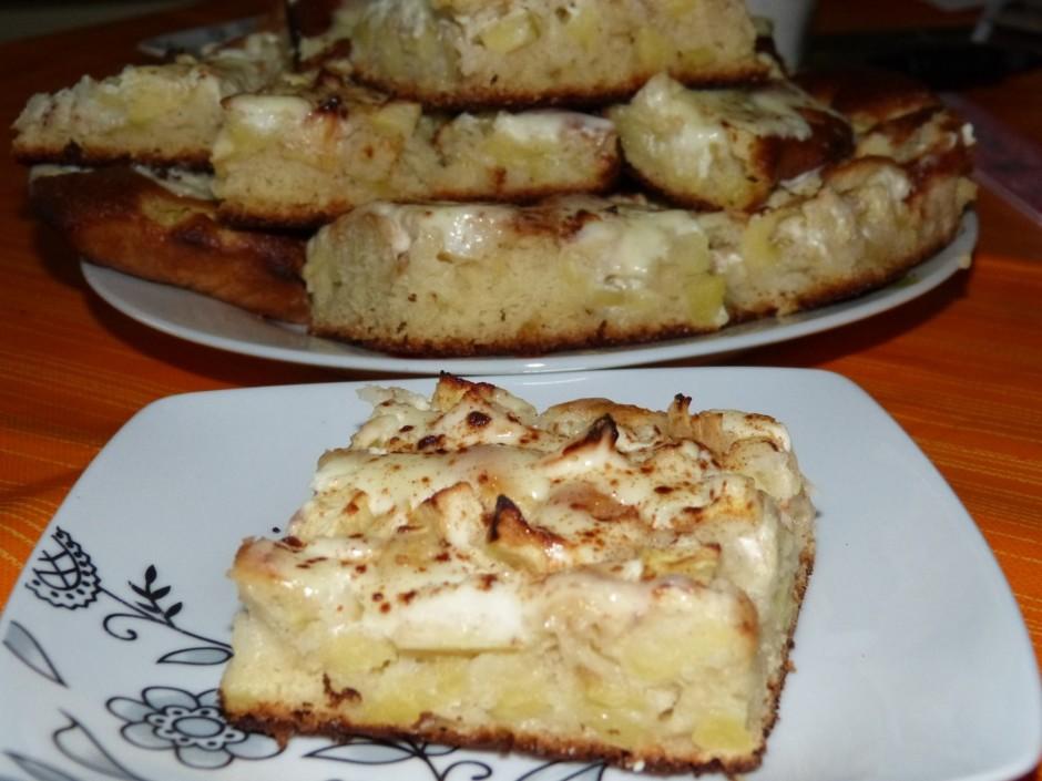 Karstai ābolu maizei pāri pārlej ar cukuru sajauktu krējumu,...