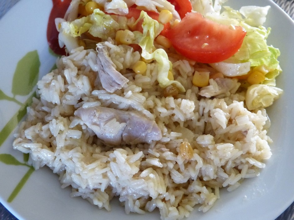 Pievieno vistas gabaliņus, rīsus ar buljonu vāra līdz rīsi g...