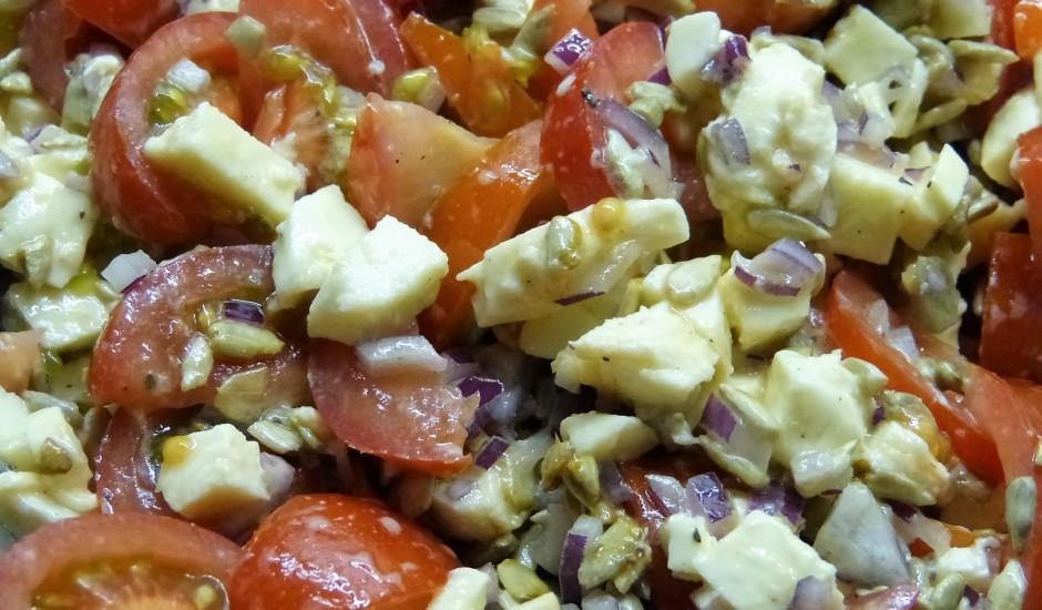Mocarellas salāti ar saulespuķu sēkliņām