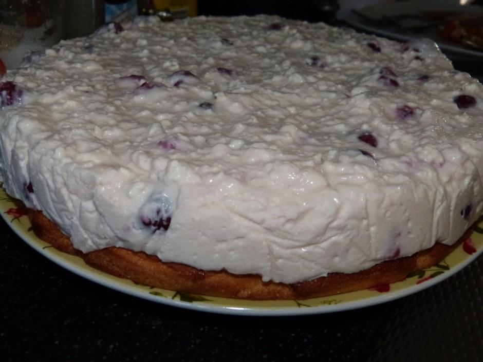 Kad kūkas pamatne atdzisusi, biezpiena masu liek uz pamatnes...