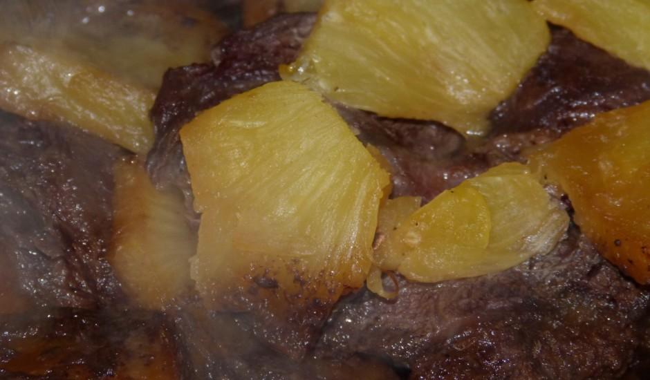 Liellopa gaļa ar ananasiem