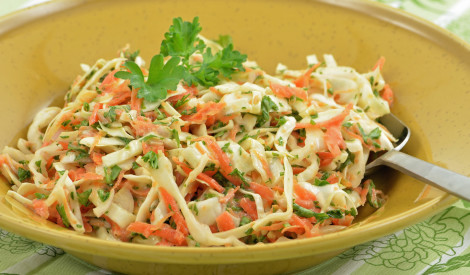 Svaigu kāpostu salāti ar burkāniem un krējumu