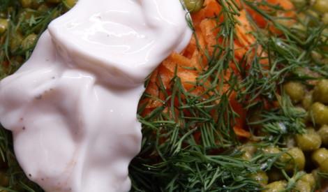 Burkānu un zaļo zirnīšu salāti