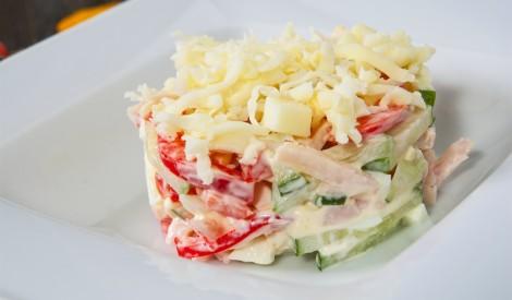 Dārzeņu salāti ar sieru un žāvētu gaļu