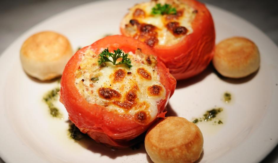 Pildīti tomāti ar cūkgaļu, sēnēm un sieru