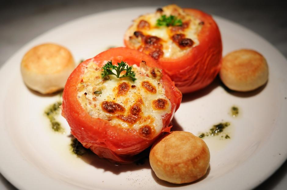 Cepamo pannu iesmērē ar eļļu, liek tomātus un cep apmēram 20...