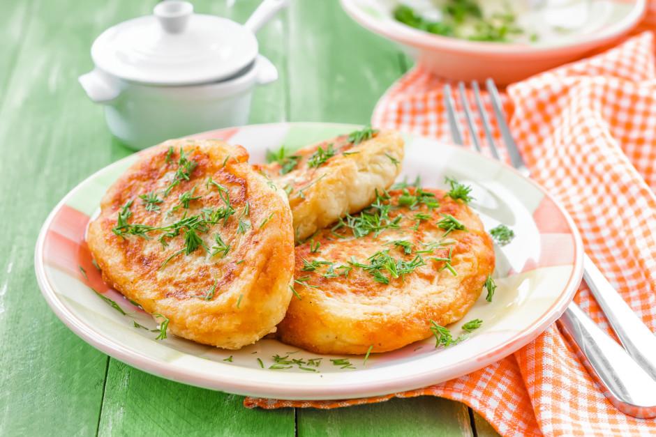 No kartupeļu masas veido plācenīšus, tos pilda ar gaļu un ce...