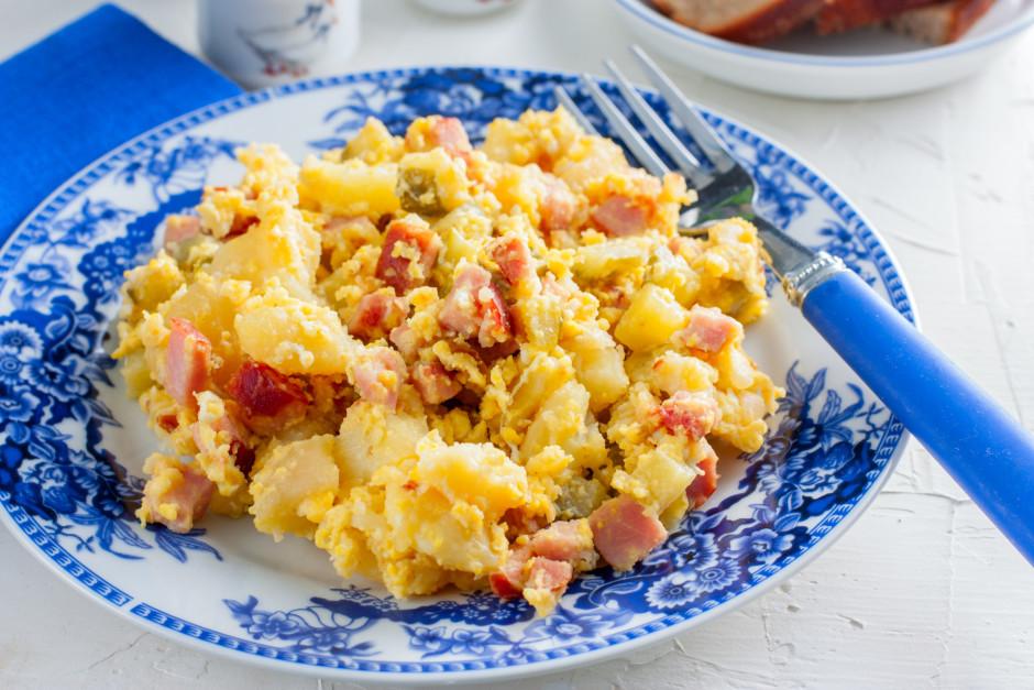 Kad kartupeļi nedaudz apcepušies, pārsit pāri olas un rūpīgi...