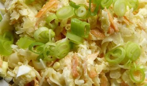 Skābētu kāpostu salāti ar burkāniem un olu