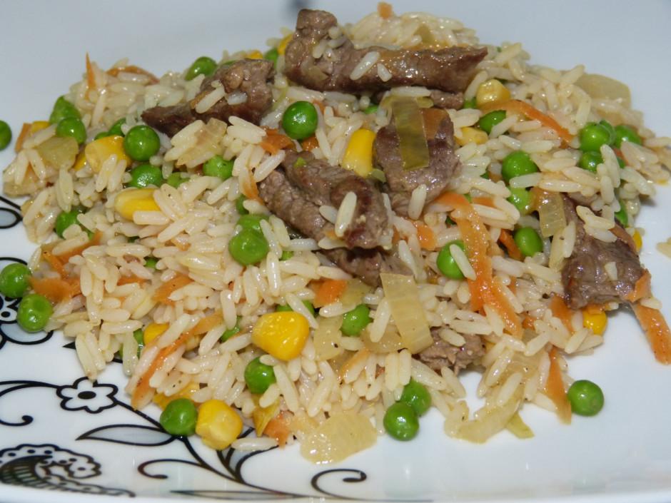Turpina sautēšanu līdz rīsi un gaļa mīksti. Pirms gatavības...
