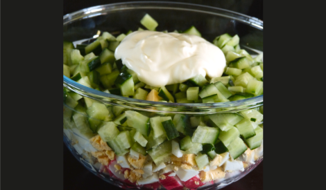 Krabju nūjiņu un olu salāti