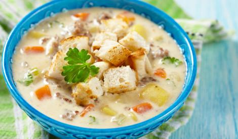 Kausētā siera zupa ar dārzeņiem un žāvētu liellopa gaļu