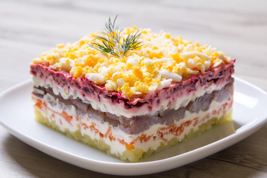Ņem trauku, kurā kārto salātus - sāk ar kartupeļiem tos pārs...