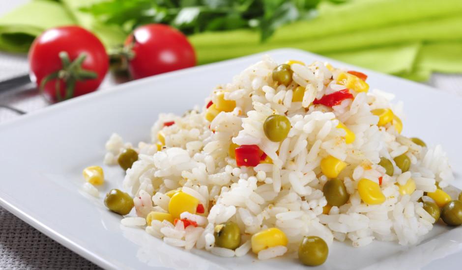 Rīsi ar konservētu kukurūzu un zirnīšiem