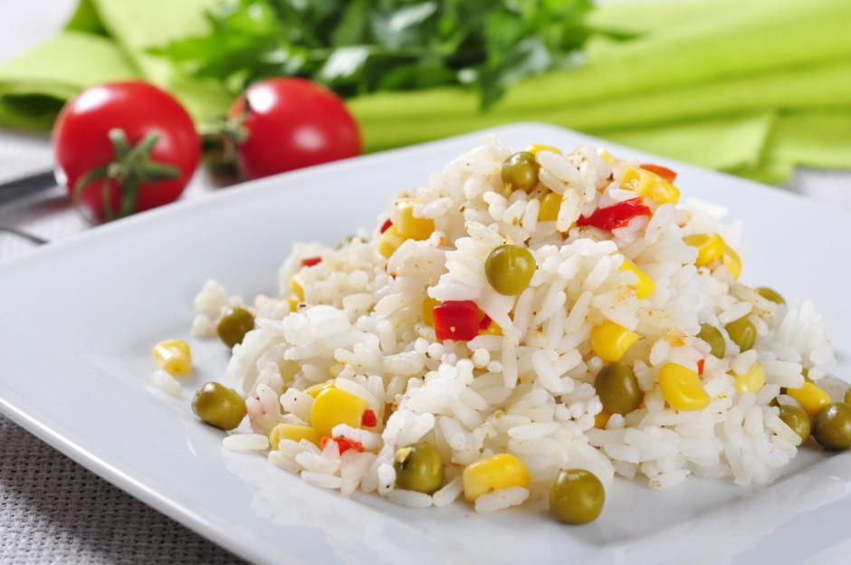 Uzvārītajiem rīsiem pievieno  zirnišus, kukurūzu un sagriezt...