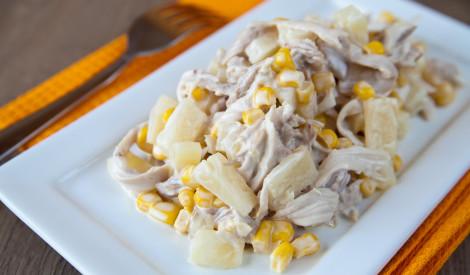 Vārītas vistas salāti ar ananasiem un kukurūzu