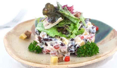 Pupiņu salāti ar šķiņķi un sieru