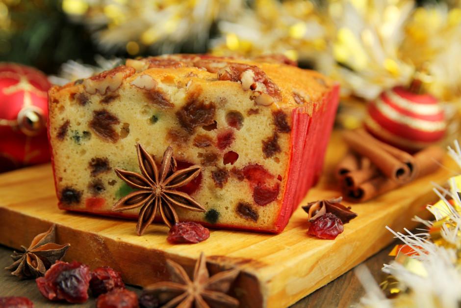 Izcepto kūku formā pilnībā atdzesē, izņem no tās, noņem cepa...
