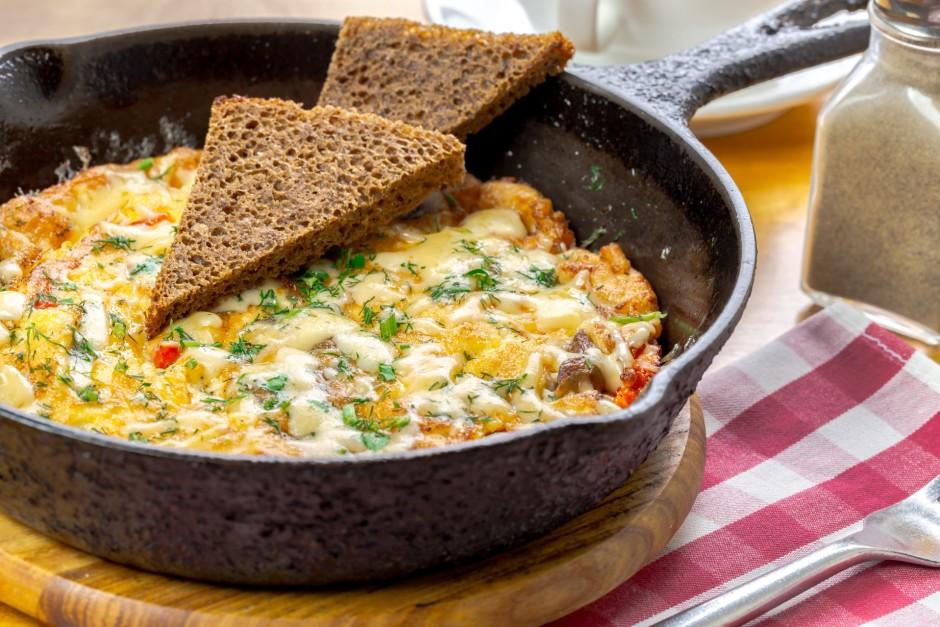 Kad ola jau sarecējusi, pārber ar rīvētu sieru. Pirms pasnie...