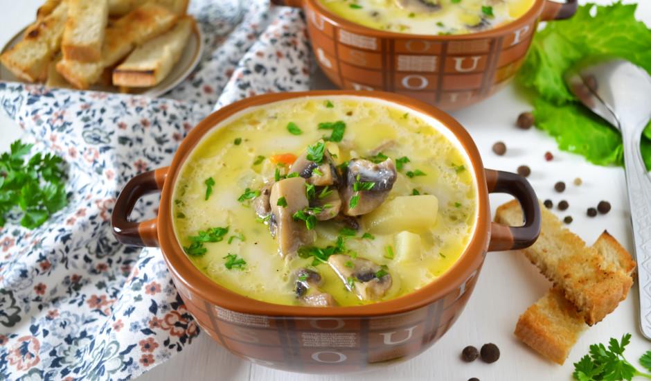 Šampinjonu zupa ar kausēto sieru