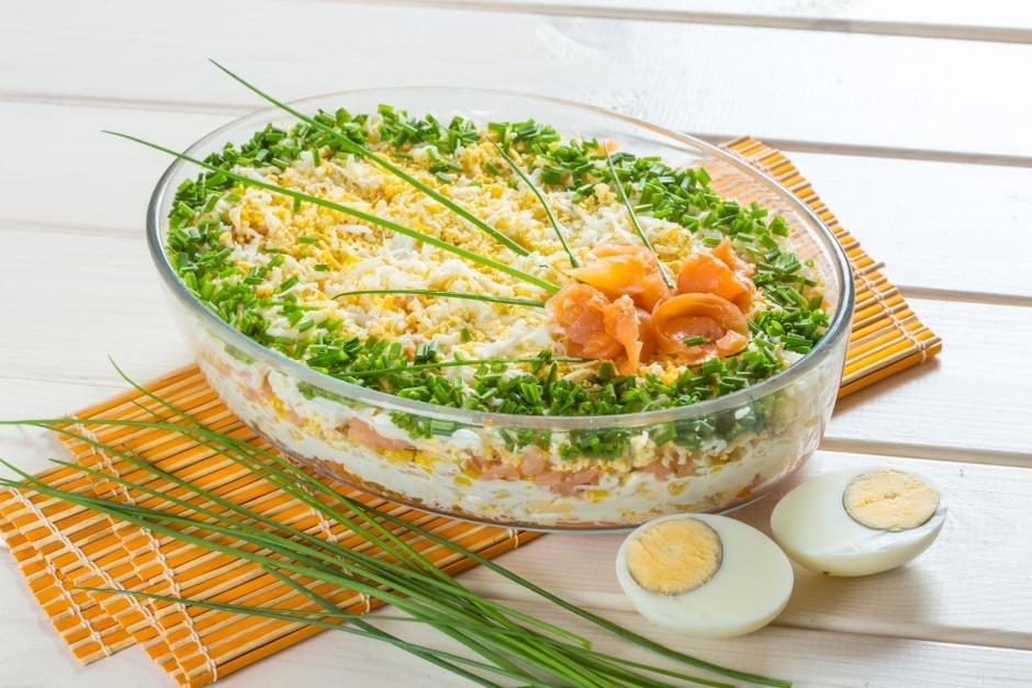 Salātus kārto kārtās - burkāni, olas, bagātīgi majonēze + kr...