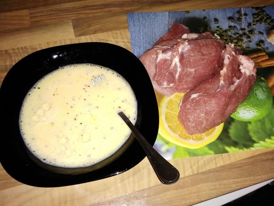 Sagriež gaļu šķēlēs un olas sakuļ ar nelielu daudzumu piena....