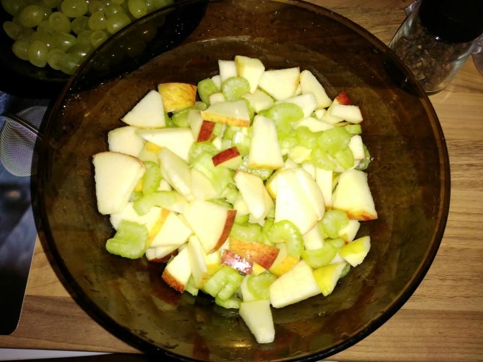 Sagriež seleriju un pievieno ābolam.
