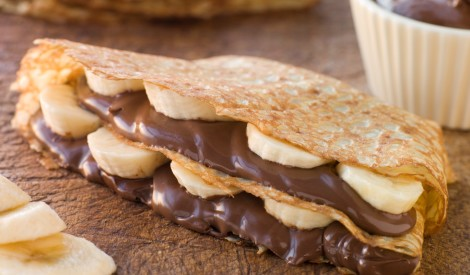 Plānās pankūkas ar šokolādes krēmu un banāniem