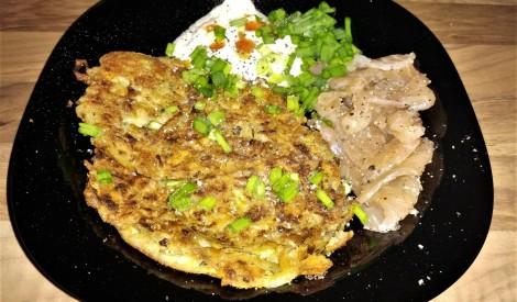 Kartupeļu pankūkas ar divu veidu sieriem un piedevām