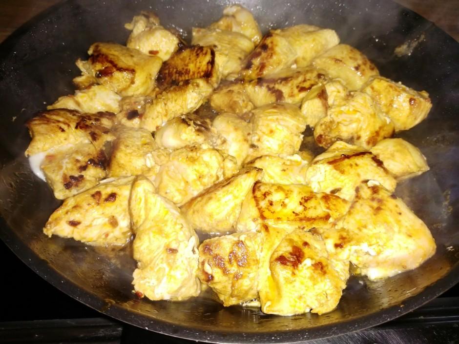 Apcep vistu atlikušajā sviestā un nelielā olīveļļās daudzumā...