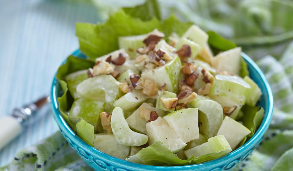 Seleriju salāti ar āboliem un valriekstiem