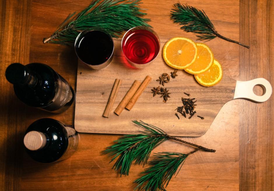 Sagādājam visas sastāvdaļas: sauss sarkanvīns (Merlot), vīno...