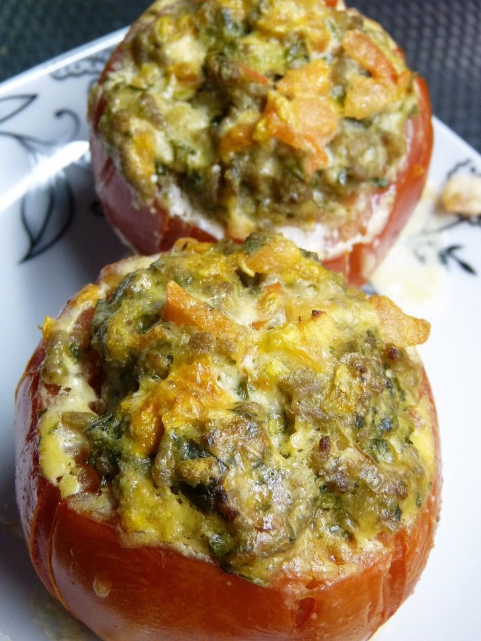 Katram tomātam virsū uzliek sviestu un apmēram 25 minūtes ce...