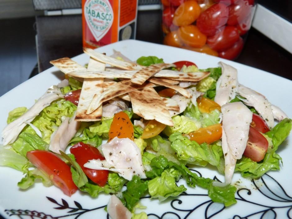 Tomātus un salātu liek 4 šķīvjos. Gaļu sagriež strēmelītēs u...