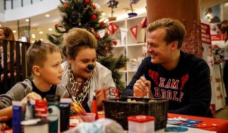 Dakteru Klaunu labdarības veikaliņam savus darbus ziedo Latvijā zināmi cilvēki