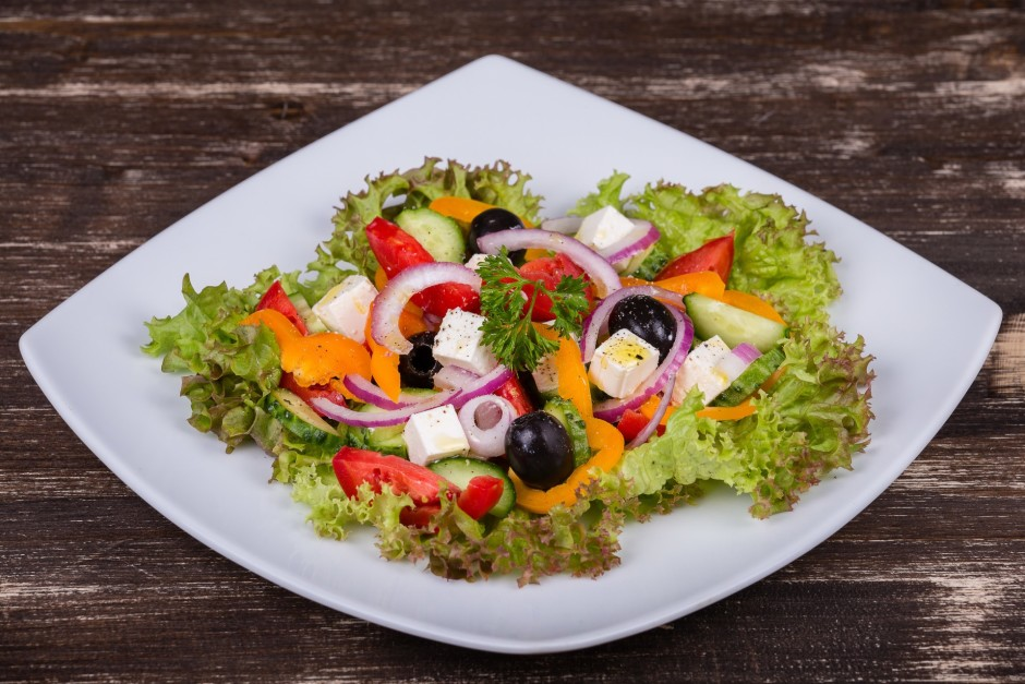 Lielā šķīvī kārto salātu lapas (veselas), virsū brīvi kārto...